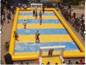 Chine Excellent terrain de football gonflable adapté aux besoins du client de l'eau/terrain de football jaune gonflable de sports usine